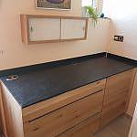 Kleine Küche mit magnolienfarbenen Glas