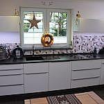 Weiße Hochglanzküche