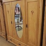 Dreitürer mit ovalem Spiegel