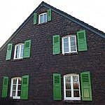Fensterblenden aus Holz und in grün