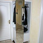 Garderobenlösung weiss mit Spiegelschiebetür