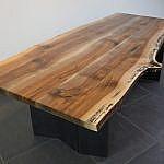 Nussbaumtisch mit Stahlwangen