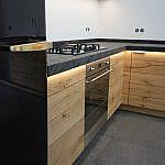 L-Küche Asteiche mit Schieferarbeitsplatte