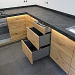 L-Küche in Asteiche mit Schieferarbeitsplatte
