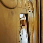 Weichholzschrank mit Facettenspiegeln
