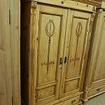 Weichholzschrank mit geschnitzten Türen