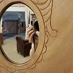 Weichholzschrank mit ovalen Spiegeln