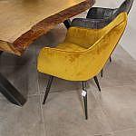 Stühle bunt an Tisch
