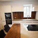 Weisse Küche mit Altholz