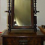 Kleiner Spiegelkonsole in Nussbaum